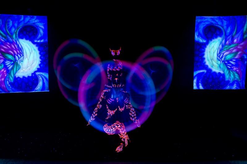 tanec a akrobacia v UV svetle - Anta Agni svetelná UV Show