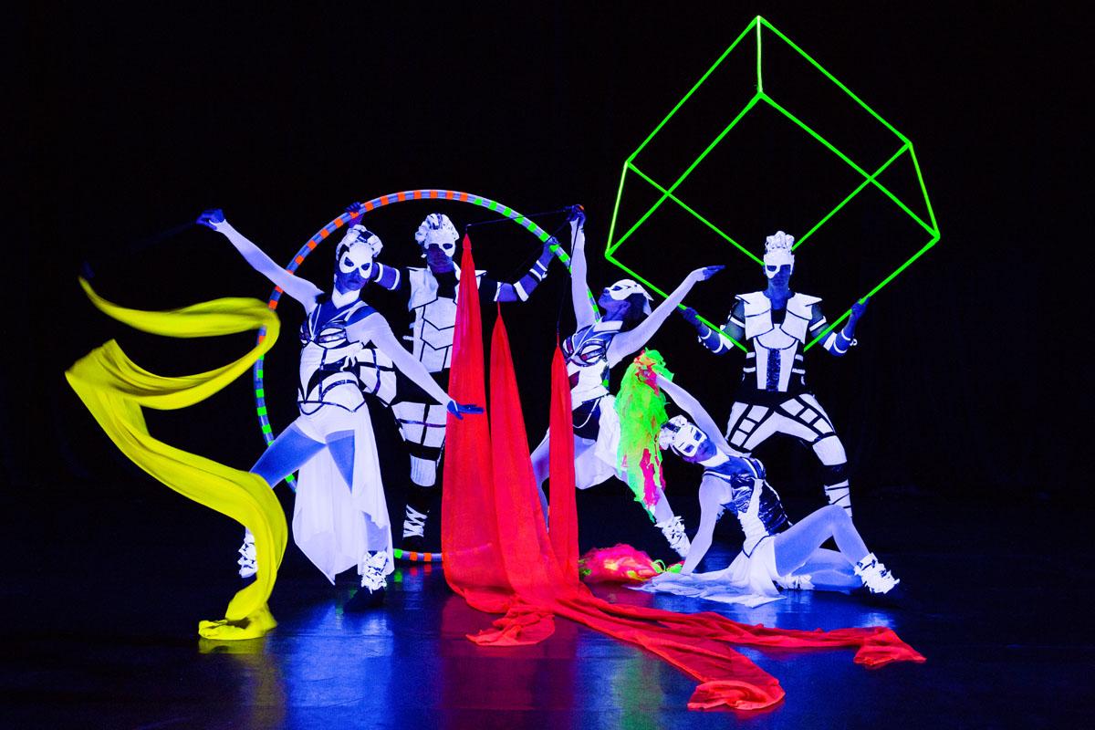 CRYSTAL LIGHT UV Show - tanečné a akrobatické predstavenie pod UV svetlom - Anta Agni