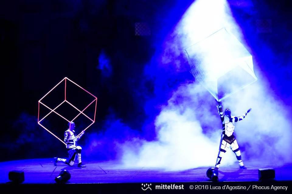 žonglovanie s kockami - svetelná UV šou Anta Agni