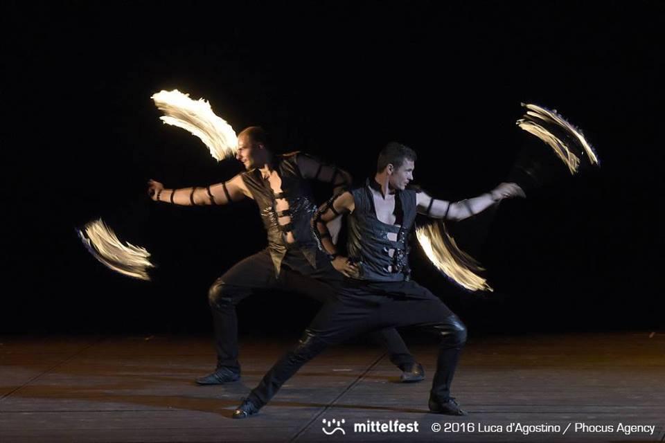 tanečníci s ohňom - ohňová šou Anta Agni