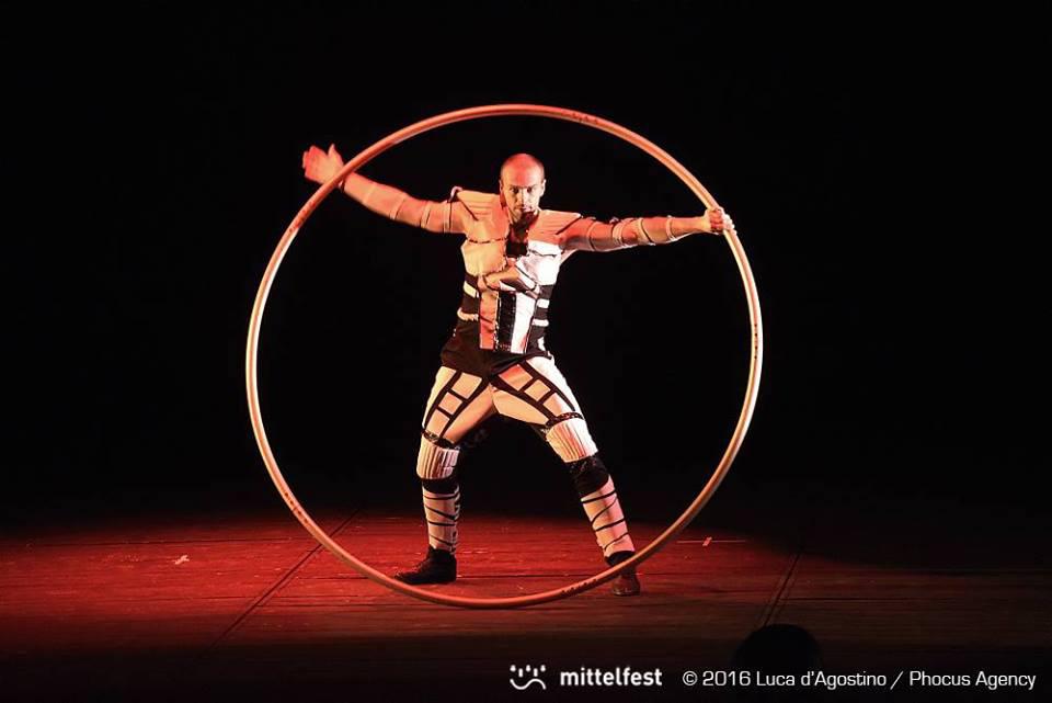 Akrobat s obručou Cyr Wheel Anta Agni