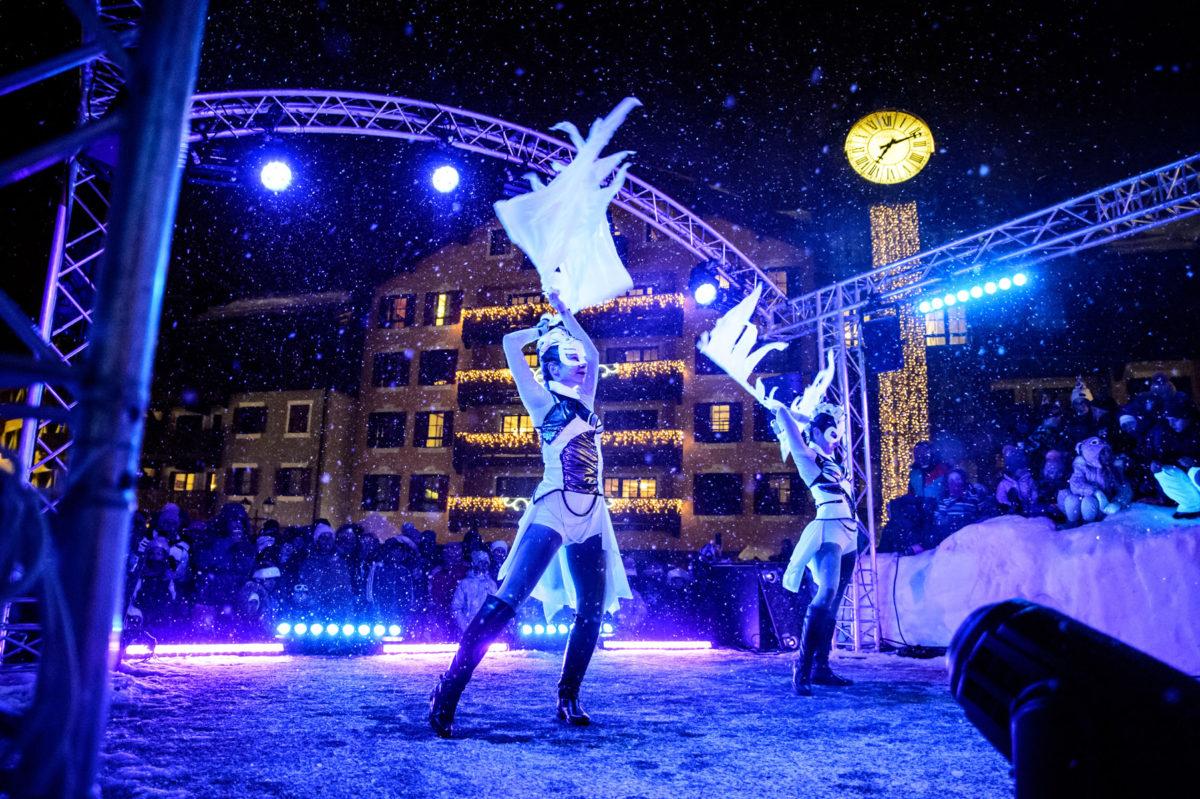 Zimná svetelná šou Anta Agni v zasnežených francúzskych Alpách