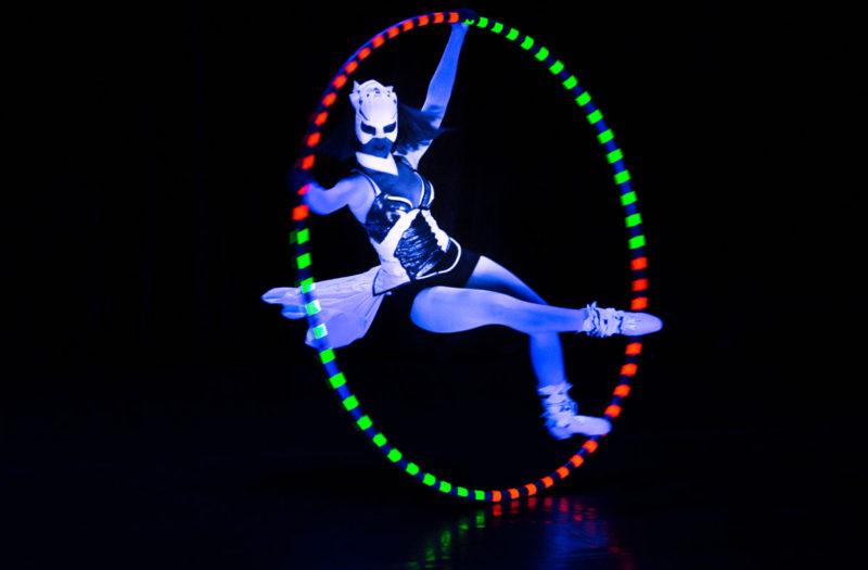 akrobatka Anta Agni v obruci Cyr Wheel - svetelna UV show