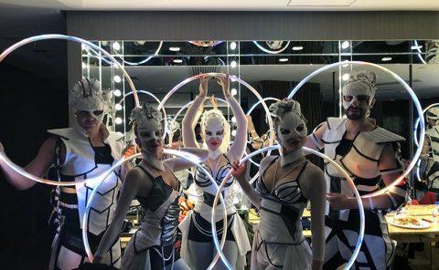 Členovia skupiny Anta Agni pripravení na svetelnú šou v Hongkongu