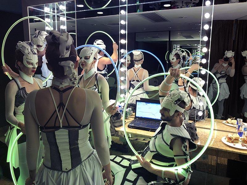 Členovia skupiny Anta Agni pripravení na svetelnú šou v Hongkongu - šatňa