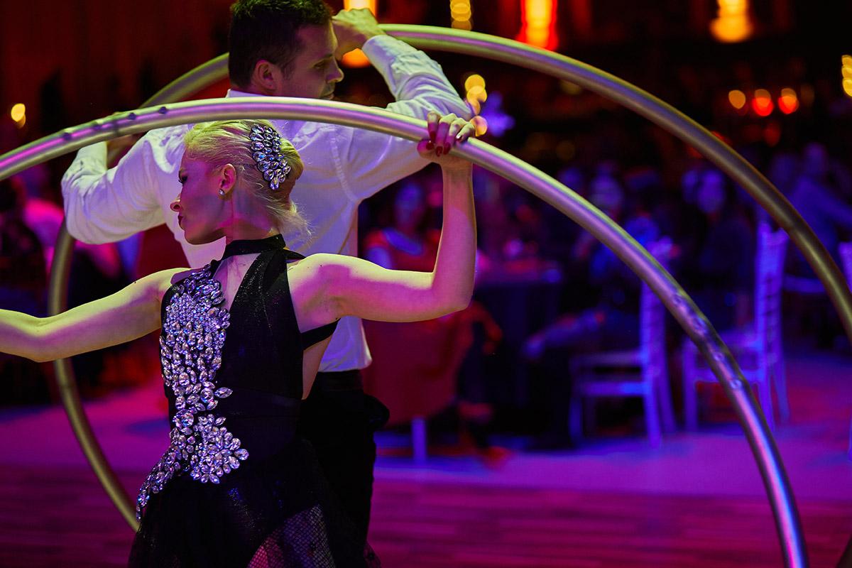 Nekonečný Kabaret - Akrobati v Kruhoch