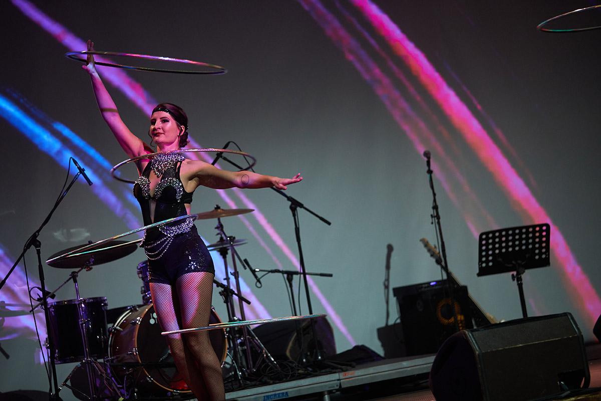 Nekonečný Kabaret - Tanečnica s kruhmi Hula Hoop