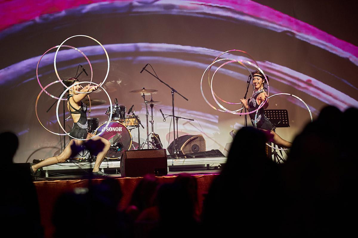Nekonečný Kabaret - tanečnice s kruhmi Hula Hoop